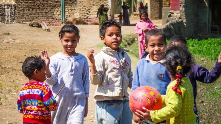 In Luxor spelen kinderen samen op straat.