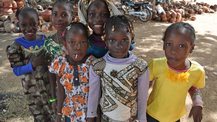 Een groep meisjes in de stad Segou (Mali).