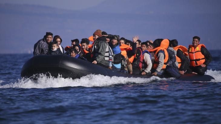 Veel vluchtelingen wagen hun leven op een gammel bootje.