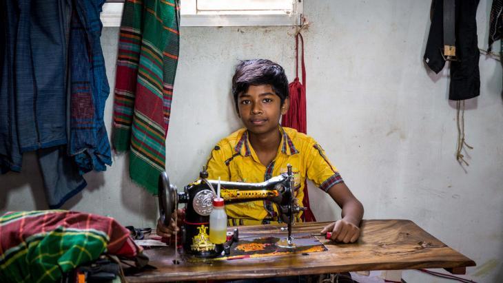 Deze jongen in Dhaka, de hoofdstad van Bangladesh, verdient geld voor zijn familie.