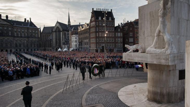 De Nationale Herdenking is op de Dam in Amsterdam. De koning en koningin zijn daarbij.