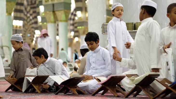 In Mekka lezen kinderen uit de Koran, het heilige boek van moslims.