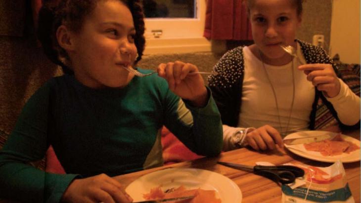 Yasmin en Maura eten graag zalm.