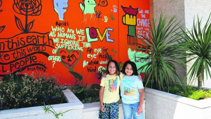 Sinds de rellen over politiegeweld in Amerika zijn er nieuwe muurschilderingen in de buurt van Kaden en Kaleb.