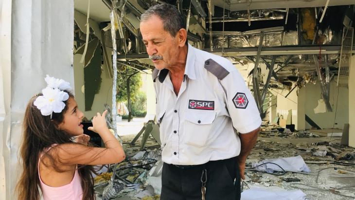 Voor het eerst sinds de explosie in de haven van Beiroet is Perla terug bij haar huis.