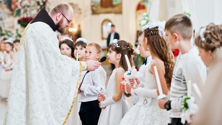 Eerste communie in een katholieke kerk in Oekraïne.