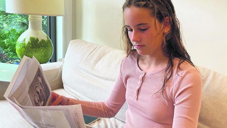 Jane uit Canada maakt een schoolkrant vol positief nieuws.