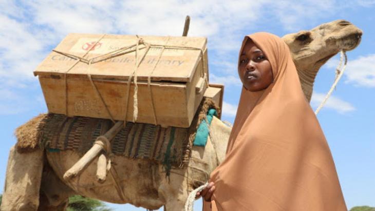 Mahadiya in Ethiopië leest boeken die bezorgd worden door een kameel.