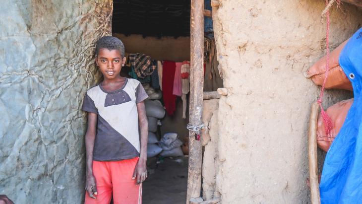 Adam woont op het platteland van Ethiopie en zou graag naar school gaan om te leren lezen en schrijven.