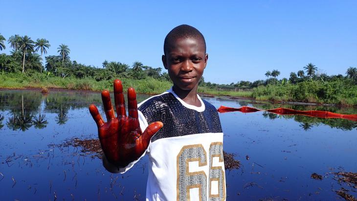 Visvijvers in de Nigerdelta in Nigeria zijn sterk vervuild door olie.