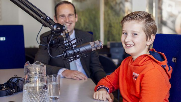 Levi is met zijn vader mee naar een radiostudio.