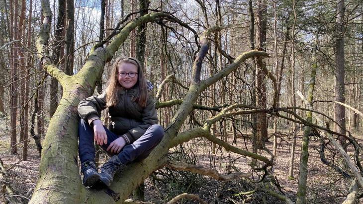 Agnes klimt graag in bomen in het bos waar haar moeder boswachter is.