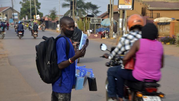 Benjamin verkoopt mondkapjes op straat in Kampala.