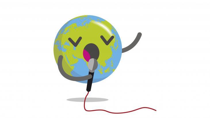 Globy zingt met een microfoon in z'n hand.