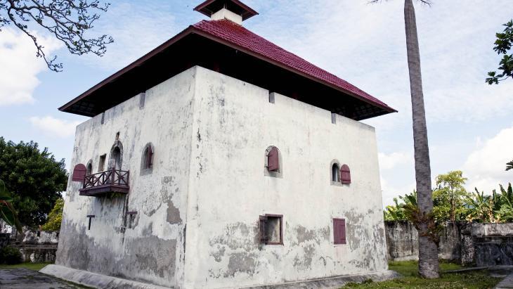 De oudste Nederlandse handelspost op Ambon heette 'Kasteel van Verre', maar tegenwoordig 'Fort Amsterdam'.