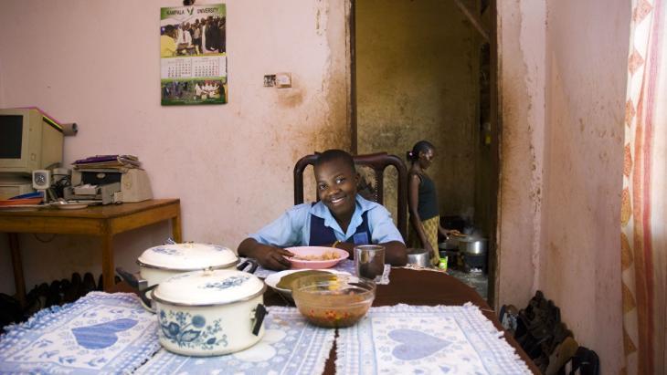 Steeds meer meisjes gaan naar school, zoals Enidy uit Uganda.