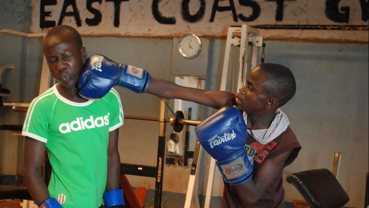 Fazil (rechts) hoopt met boksen rijk te worden.
