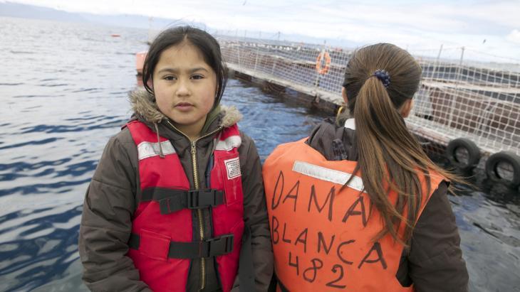 Natalie en Joselin mogen van de bewakers niet op de vlonders van de zalmkwekerij: hun schoenen zouden de vissen besmetten.