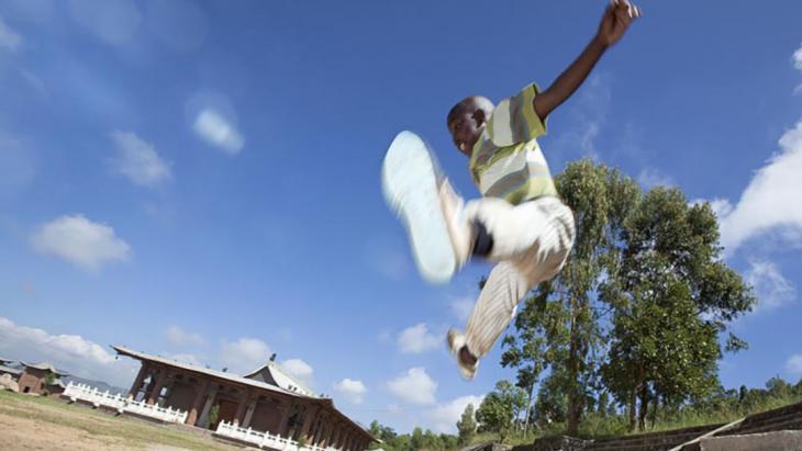 Omdat Maganiza (11) elke dag kungfu oefeningen doet, kan hij nu heeeel hoog springen.