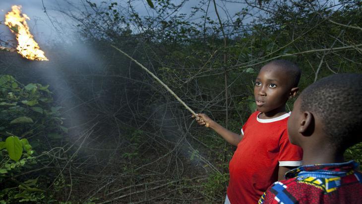 Vlakbij het dorp van Samuel (11) uit Nigeria brandt een vuur.