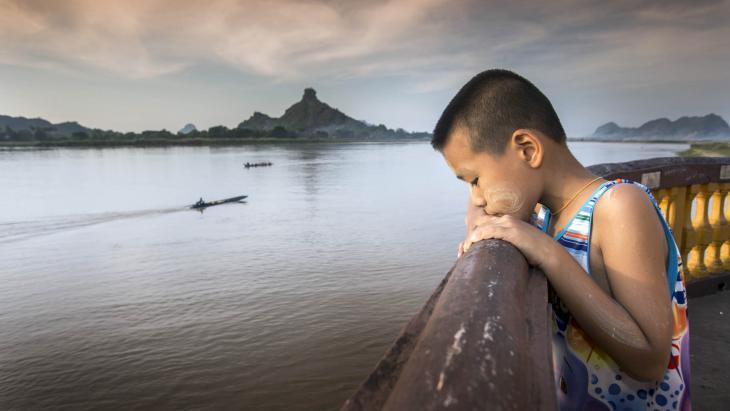 """""""Ik ben een beetje bang voor de rivier. Mijn moeder zegt dat de stroming heel sterk is."""""""