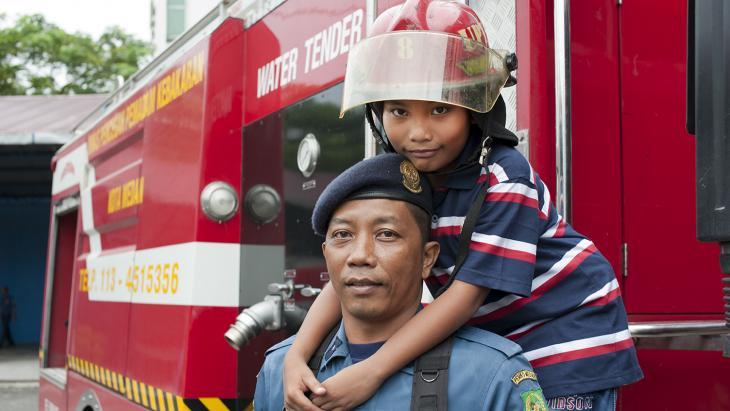 De vader van Kiki uit Indonesië is brandweerman. Ze vindt hem een held.