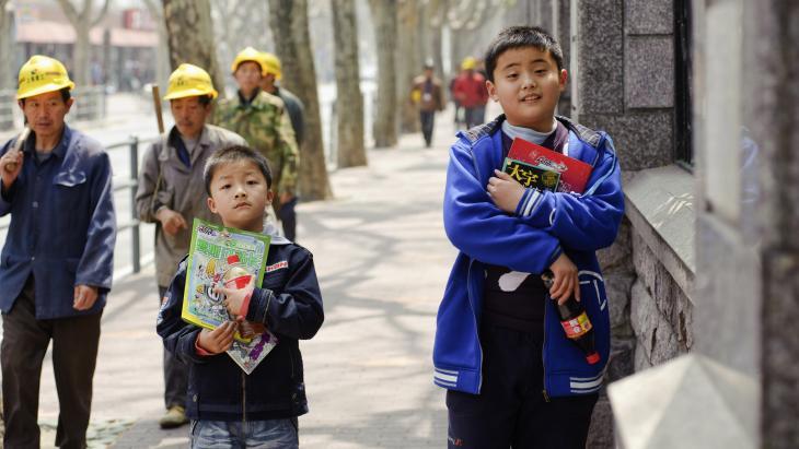 Nini (r) en zijn broer in hun eigen buurt in het centrum van Shanghai