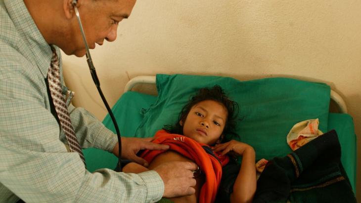 Dilu Tamang (9) heeft ernstige buikloop. De dokter onderzoekt wat haar nog meer mankeert.