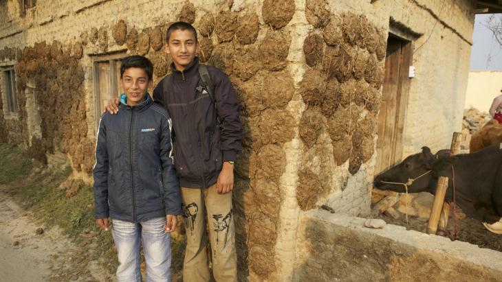 Hé Arun, zie je niet dat de mestplakken van de muur vallen?