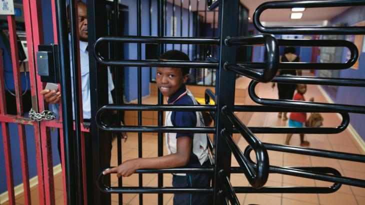 Nkosi mag door de draaideur. Overdag staat bij het hek van Nkosi's flat een bewaker. 's Nachts zelfs twee.