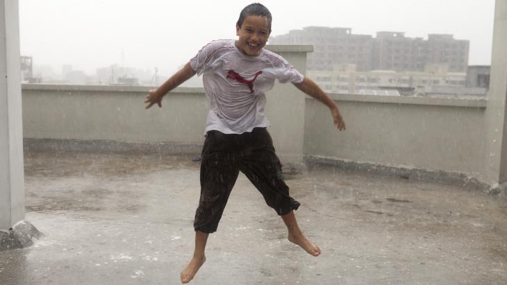 Akash woont in de hoofdstad van Bangladesh waar het enorm kan stortregenen.