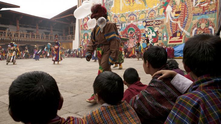 De vrienden vinden de dansen prachtig, maar die clown met zijn opgeblazen condooms is pas echt lachen?!