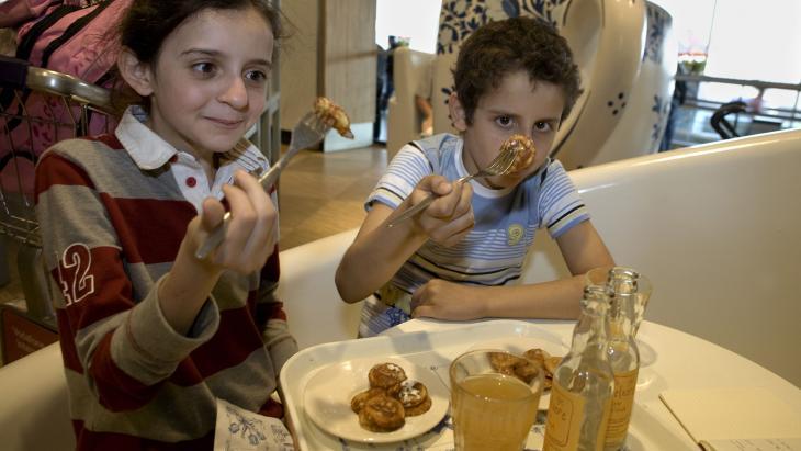 Voordat Reem en haar broertje doorreizen naar Libanon eten ze iets typisch Nederlands.