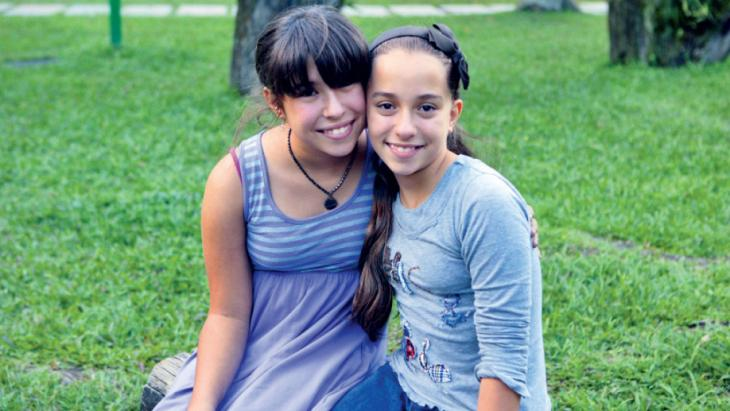 De zusjes zijn dikke vriendinnen.