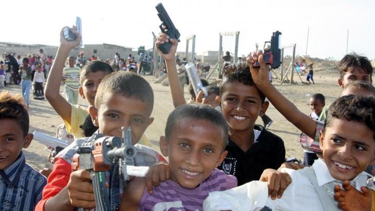 Deze jongens in Jemen spelen graag met speelgoedwapens.