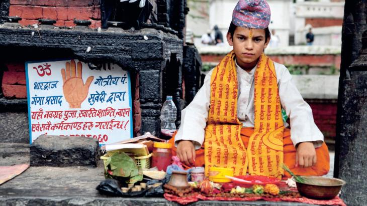 Ganga uit Nepal is een professionele handlezer.
