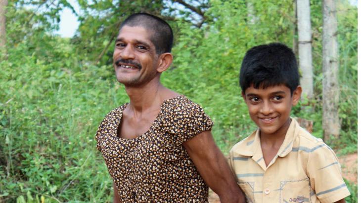 Met carnaval trok de vader van Lakshan een jurk aan.