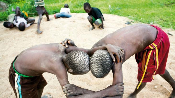 Salva (links) worstelt altijd buiten. De regels zijn streng: niet schoppen, slaan of boksen.
