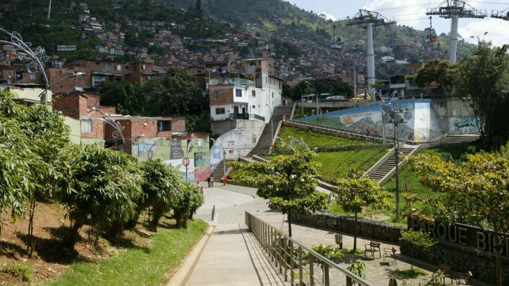 De burgemeester van Medellín doet er alles aan om de arme wijken in zijn stad beter en veiliger te maken.