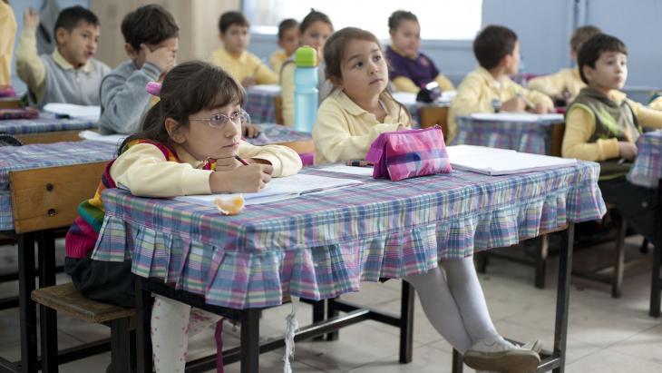 Eylül vindt het leuk op school. Ze heeft een lieve juf en ze houdt van rekenen en taal. Tussen de middag blijft Eylül op school. Ze eet dan samen met andere kinderen.