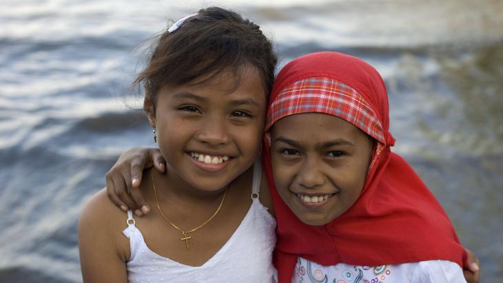 Deze vriendinnen wonen op Ambon. Nanda is christen, Yanti is moslim.