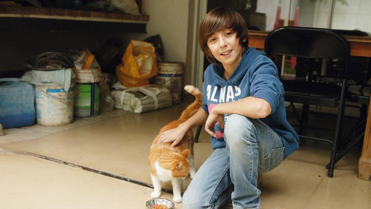 Manuel voert zijn kat brokjes gemaakt van ... soja!