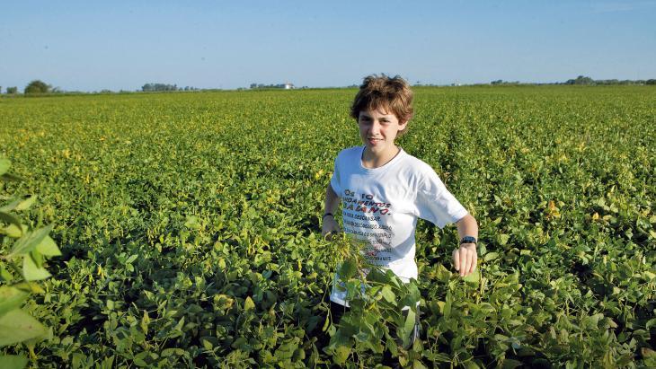 Pedro (12) laat zien waar sojabonen groeien.