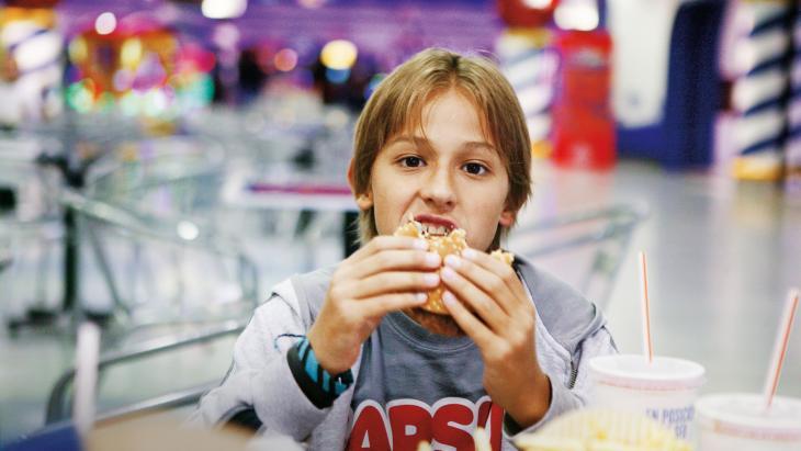 De hamburger van Paco (11) zit vol soja.