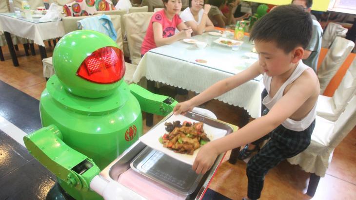 """""""Eet smakelijk'"""" kraakt de stem van de robotober."""