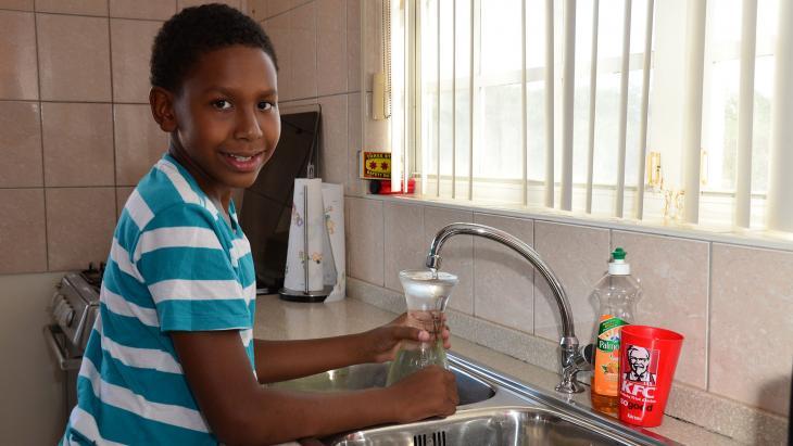 Op Curaçao drinkt Dylano water dat is gemaakt van zeewater.