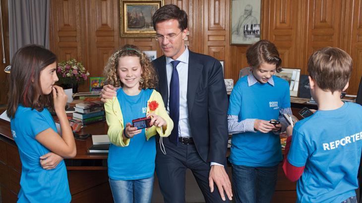 Voor het 40-jarige jubileumnummer van Samsam interviewen kinderreporters minister-president Rutte in zijn Torentje.