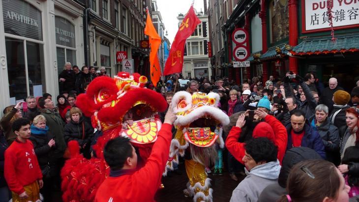Deze leeuwendans luidt het nieuwe Chinese jaar in.