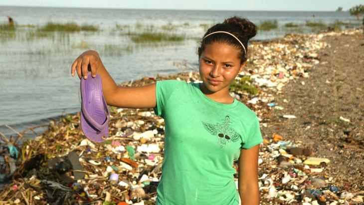 Nicaragua_plasticsoep_handenarbeid