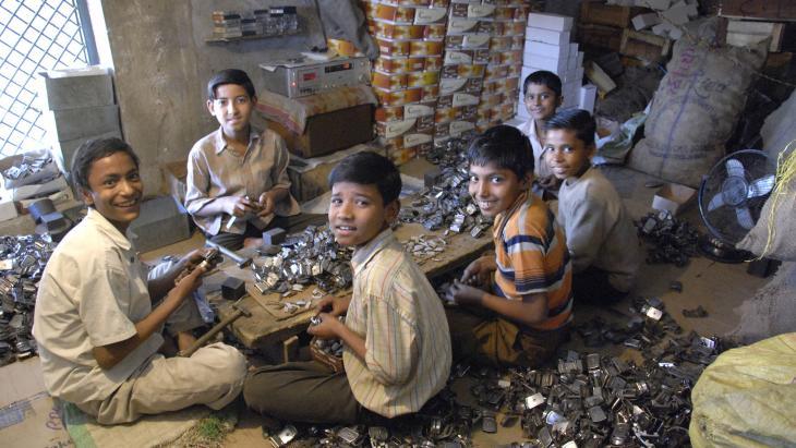 Deze kinderen in India helpen mee met geld verdienen.